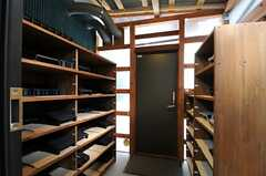 内部から見た玄関周辺の様子。(2012-10-16,周辺環境,ENTRANCE,1F)