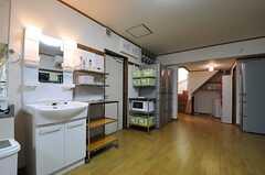 洗面台の脇が、玄関へと続くドアです。(2012-10-16,共用部,OTHER,1F)