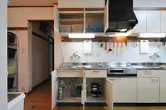 キッチンの収納。使えるスペースは部屋ごとに決まっています。(2012-10-16,共用部,KITCHEN,1F)