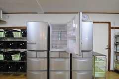 冷蔵庫が並んでいます。(2012-10-16,共用部,KITCHEN,1F)