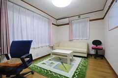 101号室は共用で使える多目的ルームです。ソファが置かれ、ゆったりできます。案内や契約時もこちらを使うそう。(2012-10-16,共用部,LIVINGROOM,1F)
