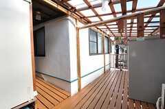 屋根付きのベランダで、物干し場として使えます。(2012-10-16,共用部,OTHER,2F)