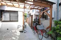 自転車置き場の様子。共用の自転車も1台用意されています。(2012-10-16,共用部,GARAGE,1F)