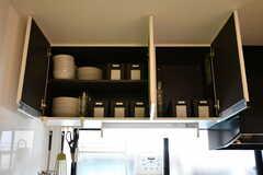 吊り棚には共用の食器や、部屋ごとに使える調味料用のボックスが収納されています。(2019-05-23,共用部,KITCHEN,1F)