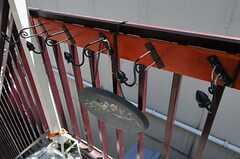 玄関前の傘置き場。部屋ごとに用意されています。(2011-06-22,周辺環境,ENTRANCE,2F)