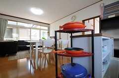 ル・クルーゼの鍋と専用のラックがあります。(2011-06-22,共用部,KITCHEN,2F)