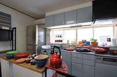 事業者さんの趣味でもある、ル・クルーゼコレクション。鍋や食器が大量に用意されています。(2011-06-22,共用部,KITCHEN,2F)