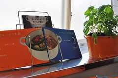 ル・クルーゼ専用の料理本も用意されています。(2011-06-22,共用部,KITCHEN,2F)