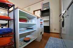 食器棚の様子。米びつもあります。(2011-06-22,共用部,KITCHEN,2F)