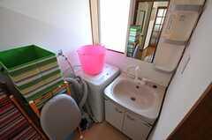 隅には洗濯機があります。洗面台はシャワー水栓です。(2011-06-22,共用部,LAUNDRY,2F)
