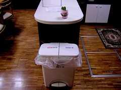 ゴミ箱の様子。(2006-03-11,共用部,OTHER,2F)