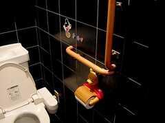 トイレの装飾は、おそらく以前住んでいたアパートオーナーさん一家の名残り。(2006-03-11,共用部,TOILET,2F)