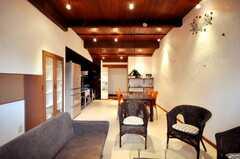 シェアハウスのラウンジの様子。白い壁は漆喰です。(2010-03-23,共用部,LIVINGROOM,1F)