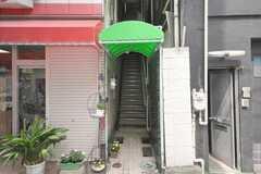 玄関は階段を上って2Fにあります。(2009-04-08,周辺環境,ENTRANCE,1F)