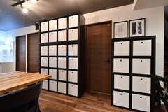収納棚の様子。リビングでよく使うものを、専有部ごとに収納しておくことができます。(2019-08-30,共用部,LIVINGROOM,1F)