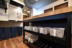 収納棚の様子。調味料類は専有部ごとに振り分けておくことができます。(2019-08-30,共用部,KITCHEN,1F)