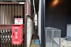 ゴミステーション脇の小さなドアの先は物干し場です。(2019-08-30,共用部,OTHER,1F)