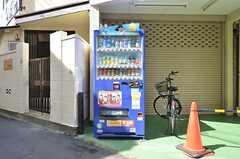 建物の前には自動販売機が設置されています。(2015-07-13,共用部,OTHER,1F)