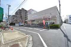 JR・尾久駅からシェアハウスに向かう道の途中にあるスーパーの様子。(2015-07-13,共用部,ENVIRONMENT,1F)