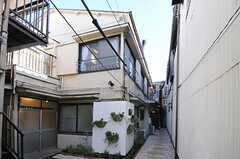 シェアハウスの外観。玄関は奥まっていてアプローチの先にあります。(2012-11-16,共用部,OUTLOOK,1F)
