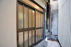 シェアハウスの正面玄関は引き戸です。(2012-11-16,周辺環境,ENTRANCE,1F)