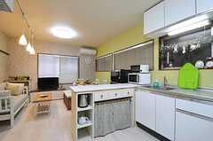 玄関側から見たリビングとキッチンの様子。(2012-11-16,共用部,KITCHEN,1F)