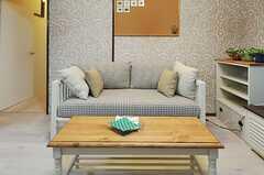 ソファが置かれています。ソファの脇の廊下が専有部へと続いています。(2012-11-16,共用部,LIVINGROOM,1F)