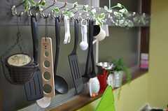 調理器具は引っ掛けて保管します。(2012-11-16,共用部,KITCHEN,1F)