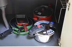 シンク下には、鍋類が置かれています。(2012-11-16,共用部,KITCHEN,1F)