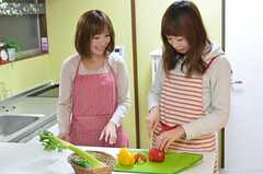 料理好きの方にも住んでもらえるよう、キッチン設備も充実しています。(2012-11-16,共用部,PARTY,1F)