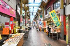 隣接する商店街、ジョイフル三ノ輪。弁当が280円、コロッケが38円で販売されています。(2020-08-04,共用部,ENVIRONMENT,1F)