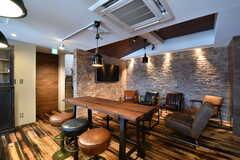 ダイニングテーブルの様子。テーブルの天板は無垢材をアンティーク調に仕上げたとのこと。(2017-07-10,共用部,LIVINGROOM,7F)
