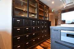 キッチンの脇に収納棚が設置されています。(2017-07-10,共用部,KITCHEN,7F)