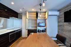 キッチン脇が食器棚です。初期棚は専有部ごとにスペースが決められています。(2017-07-10,共用部,KITCHEN,6F)