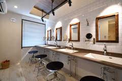 パウダールームの様子。洗面台が4台並んでいます。(2017-07-10,共用部,WASHSTAND,6F)
