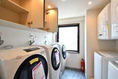 ランドリールームの様子。洗濯機が5台設置されています。(2017-07-10,共用部,LAUNDRY,6F)