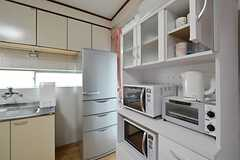 食器棚の様子。キッチン家電が設置されています。(2016-04-11,共用部,KITCHEN,2F)