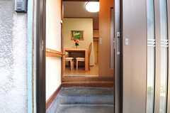 玄関から見た内部の様子。段差は少し高めです。(2013-09-12,周辺環境,ENTRANCE,1F)
