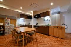 ダイニングテーブルの先はキッチンです。(2018-05-18,共用部,LIVINGROOM,1F)