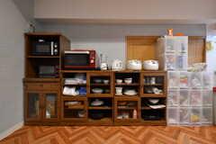 食器棚の様子。オーブンレンジ、トースター、炊飯器、電気ケトルが設置されています。(2018-05-18,共用部,KITCHEN,1F)