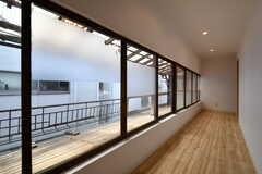 廊下の様子。窓の先には昔ながらの雰囲気が残ります。(2018-05-18,共用部,OTHER,2F)