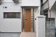 シェアハウスの正面玄関。(2012-04-27,周辺環境,ENTRANCE,1F)