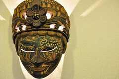 壁に掛けてあるマスクはオーナーがインドネシアで購入したもの。間近で見るとかなりの迫力。中に照明が仕込んであります。(2012-04-27,共用部,OTHER,1F)
