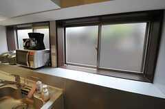 出窓のスペースが広く取ってあるので、キッチンにも日差しが入ります。(2012-04-27,共用部,KITCHEN,1F)