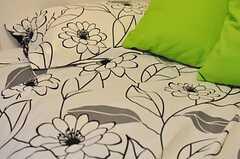 花柄のベッドカバー。(103号室)(2012-04-27,専有部,ROOM,1F)