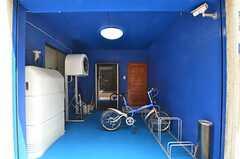 玄関は青に塗られています。(2014-07-14,周辺環境,ENTRANCE,1F)
