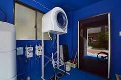 玄関の前には乾燥機が。(2014-07-14,周辺環境,ENTRANCE,1F)