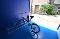 自転車置場の様子。共用の自転車が1台あります。(2014-07-14,共用部,GARAGE,1F)