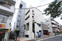 マンションの外観。5Fのフロアがシェアハウスです。なお、1棟まるごと運営事業者が管理しており、3~4Fは一般賃貸、1~2Fにはテナントが入るのだとか。(2012-09-18,共用部,OUTLOOK,1F)