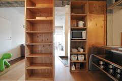 コンロ脇には、キッチン家電が置かれています。その隣のシェルフは各専有部ごとに使える収納です。(2012-09-18,共用部,KITCHEN,5F)